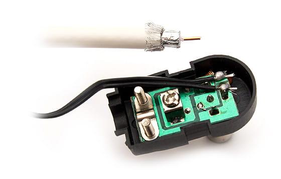Podłączenia kabla antenowego do zasilacza